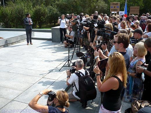 Odhalení desky přilákalo pozornost mnoha médií.