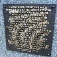 Na náměstí Interbrigády byla odkryta doplňující pamětní deska k pomníku maršála Koněva