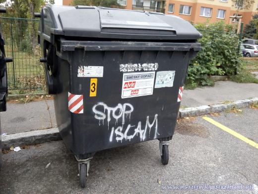 """Nápis """"Stop islam"""" na popelnici. Okolní popelnice byly posprejované nápisem A.C.A.B (z ang. All cops are bastards = všichni policajti jsou bastardi)."""