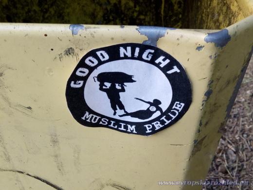 """Zejména na odpadkových koších, ale i sloupech, se objevovaly samolepky s nápisem """"Good Night Muslim Pride""""."""