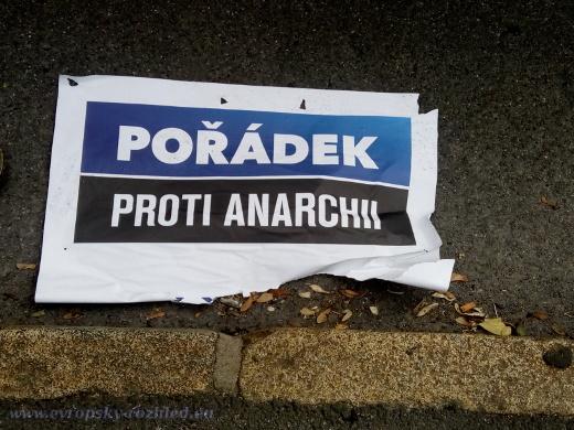 """Anarchisté cestou """"uklízeli"""" předvolební plakáty ODS."""