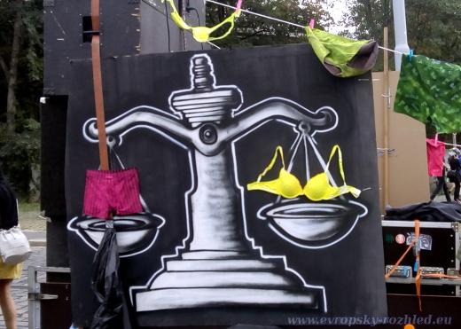 Práva žen i mužů by měla být stejná.