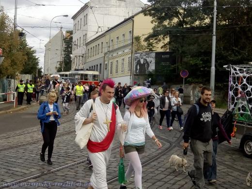 Řada lidí přišla v karnevalových maskách.