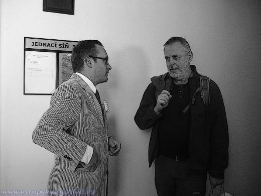 Adam B. Bartoš (vlevo) diskutuje před soudní síní se svým příznivcem, který ho přišel k soudu podpořit.