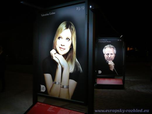 Valentina Lisitsa na plakátech před Rudolfínem během mezinárodního hudebního festivalu Dvořákova Praha.