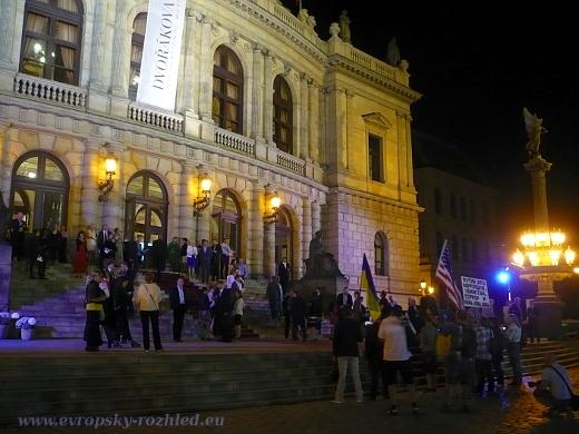 Protestní shromáždění proukrajinských aktivistů před Rudolfinem. Tomasz Peszynský chybí, podává oznámení v Bartolomějské kvůli napadení členem ochranky.