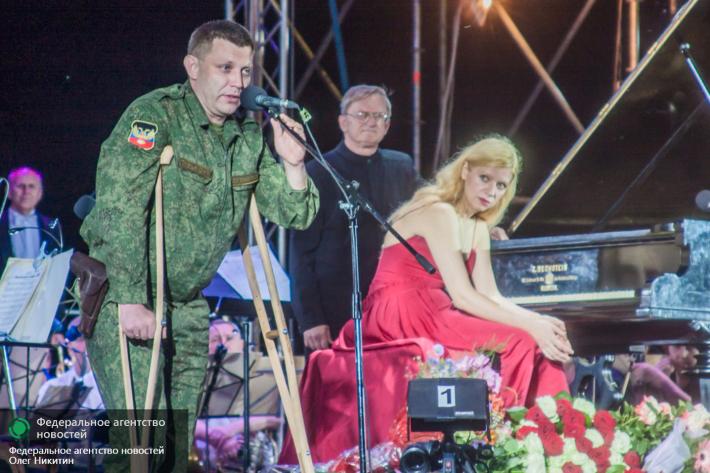 """Valentina Lisitsa v Doněcku během oslav Velké vlastenecké války. Alexandr Zacharčenko jí v projevu poděkoval za její protiukrajinské názory a ona poděkovala separatistům (z nichž mnozí jsou příslušníci ruské armády), že na frontě chrání celý svět před """"hnědou nákazou""""."""