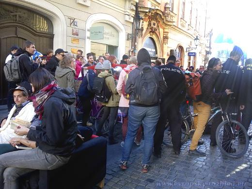Aktivisté zablokovali Celetnou ulici cyklistickými koly.