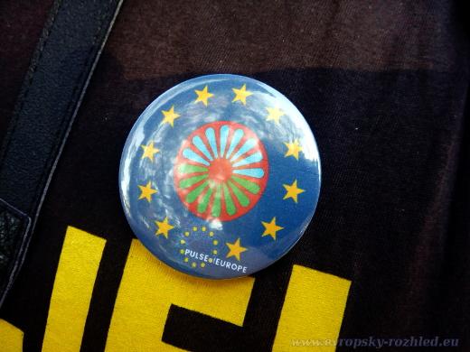 Děti na akci vyráběly odznáčky s motivy vlajky Evropské unie.