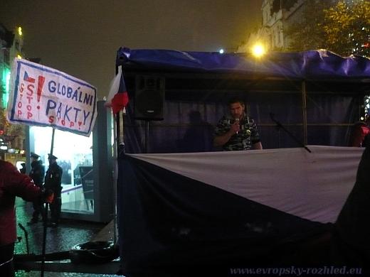 Bezejmenný moderátor demonstrace, který byl na sociální síti Facebook identifikován jako Denis Novák.