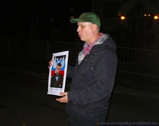Nikola Čuřík s portrétem separatisty Alexendra Zacharčenka.