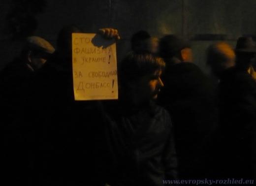 Demonstrace se konala v ulici Charlese de Gaulla za velmi nepříznivých světelných podmínek.