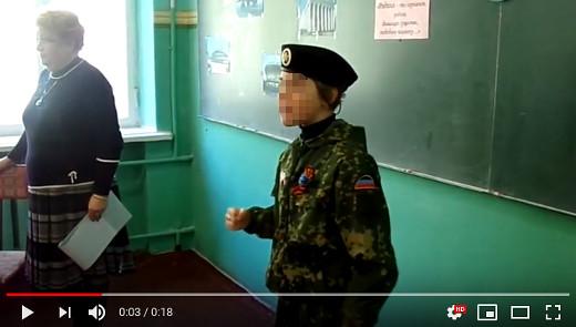 Žákyně Angelina z 5. třídy 62. Základní školy během školní hodiny přednáší ve vojenském úboru povstaleckou báseň o Donbase.