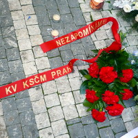 Komunisté si před Hlávkovou kolejí připomněli Opletala, poté se vymezili vůči demonstracím proti Babišovi