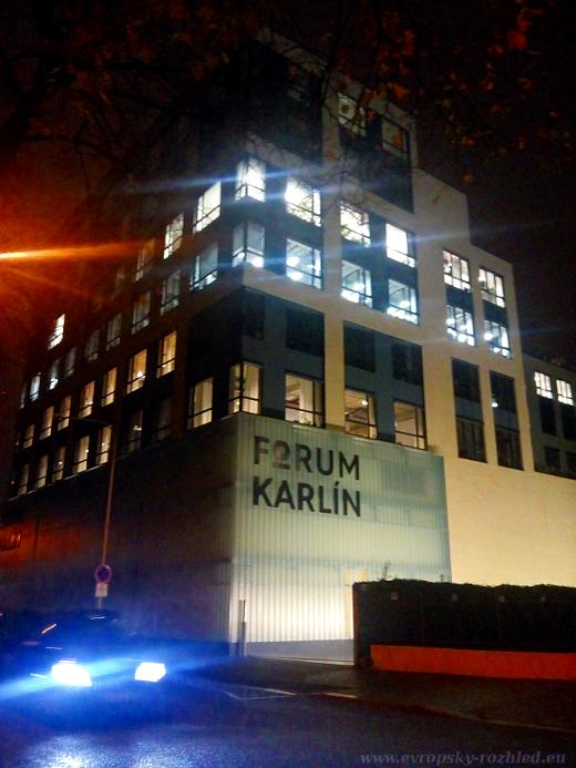 Fórum Karlín se nachází ve stejném komplexu budov jako sídlí redakce Aktuálně a Respektu