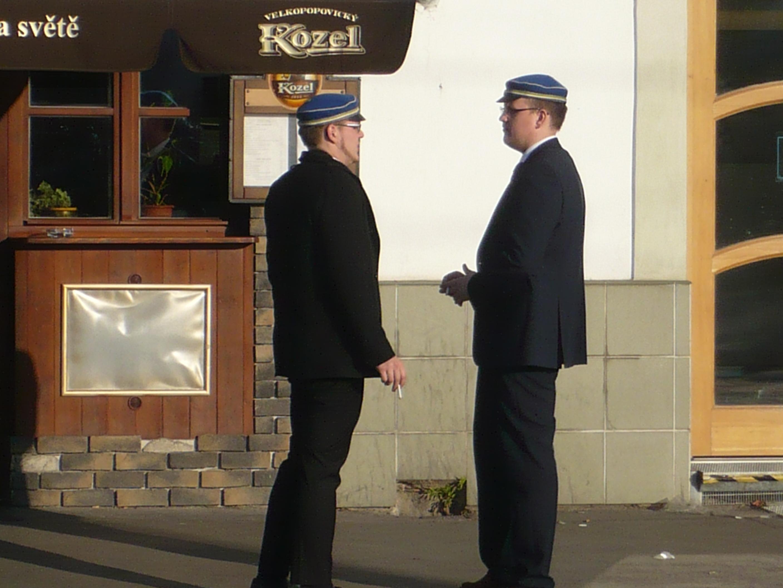Buršáci postávající před restaurací Potrefená husa na pražském Smíchově