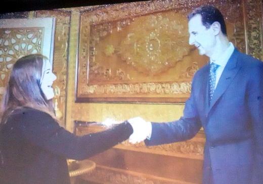 Lenka Svěchotová si podává ruku s Bašárem Asadem.
