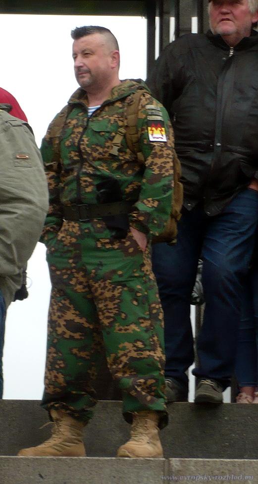 Řada podporovatelů Nočních vlků je přišla přivítat v paramilitantních uniformách domobraneckých skupin