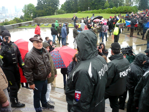 Demonstranty od sebe oddělovali policisté v běžných uniformách