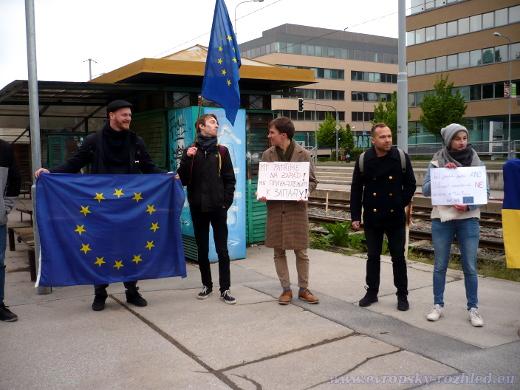Demonstranti s vlajkami Evropské unie