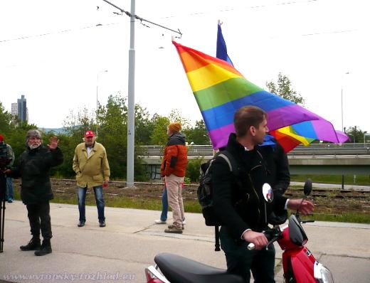 Muž s vlajkou LGBT komunity