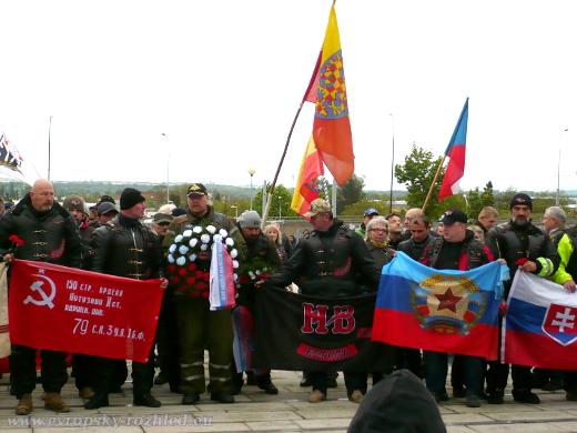 Josef Hambálek (vousatý) drží vlajku Slovenské republiky