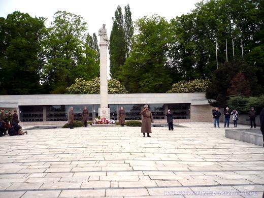 Ústřední hřbitov v Brně u sochy rudoarmějce