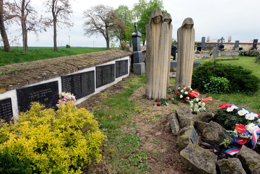 Na hřbitově v Mirovicích odpočívají některé z obětí koncentračního tábora v Letech u Písku. Foto: Jan Macháček