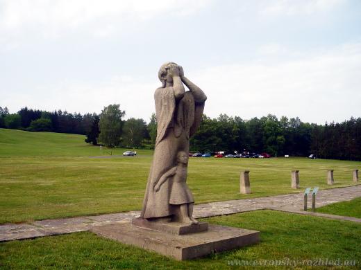 Socha na místě původní lidické školy