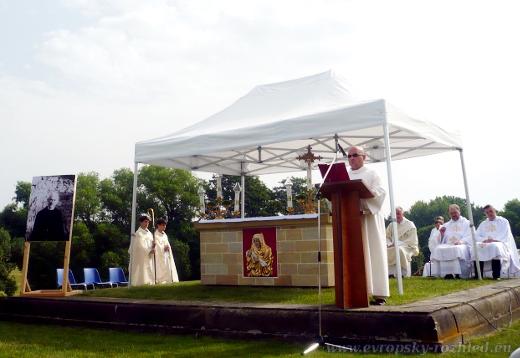Ranní mše českobudějovického biskupa Vlastimila Kročila na základech kostela svatého Martina.