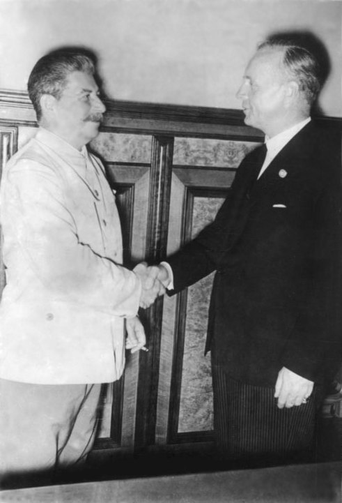 Stalin a Ribbentrop v Kremlu, ADN-ZB/Archiv.Sowjetunion, August 1939, Im Moskauer Kreml wird am 23.8.1939 ein Nichtangriffsvertrag zwischen dem deutschen Reich und der UdSSR unterzeichnet. Nach der Unterzeichnung im Gespräch J.W. Stalin und der deutsche Reichsaußenminister Joachim von Ribbentrop (r.).