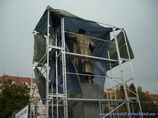 Zahalená socha maršála Koněva krátce před začátkem velké bouře.