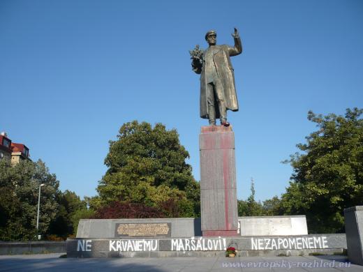 Pomník maršála Koněva poškozený vandaly jen hodinu předtím, než jej začal čistit Žarko Raptor Jovanovič.