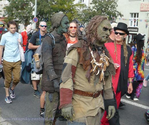 Karnevalu dominovaly postapokalyptické masky, nejčastěji to byly buď výjevy spojené se smrtí, nebo paramilitanti se zbraněmi.