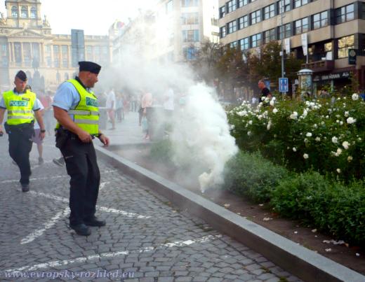 Policisté přemýšlí, jestli budou čoudící plechovku nějak řešit.