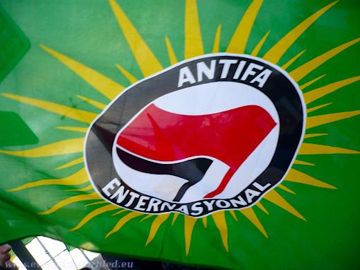 Na demonstraci byly k vidění vlajky Antify kombinované s vlajkou Kurdistánu.