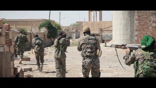 Záběr na jednotku ozbrojené radikální levice bojující v Rojavě za naplnění svých ideálů. Z filmu We Need To Take Guns.