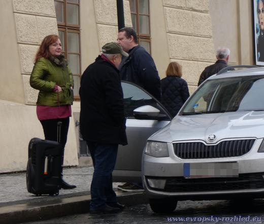 Všichni účastníci shromáždění České suverenity přijeli a odjeli v jednom autě.