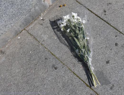 Komunisté a jiní zastánci ponechání sochy na svém místě položili kytice na místo bývalého pomníku.