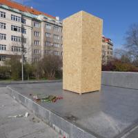 Během stavu nouze se konalo na náměstí Interbrigády shromáždění kvůli nesouhlasu s odstraněním sochy maršála Koněva