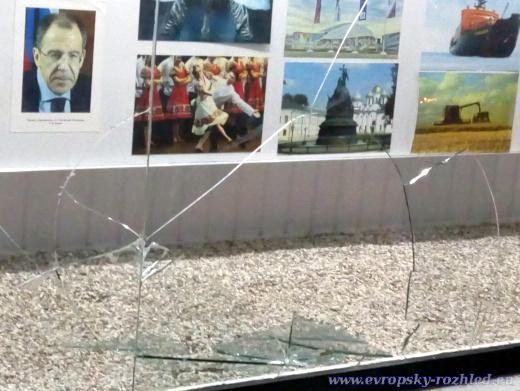 Za nejasných okolností byla u ruské ambasády několik dní vysklená vitrína, ve které tehdy ještě nebyla televizní obrazovka, ale nástěnka s fotografiemi.