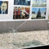 Projevy aktivismu a vandalismu kolem ruské ambasády