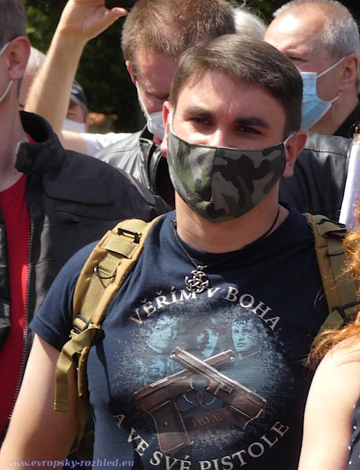 Jan Kopal přišel v tričku s nápisem Věřím v boha a ve své pistole, což je heslo Václava Morávka.
