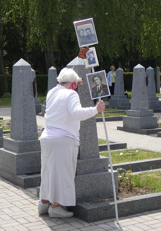 Z divadelního představení pro novináře - starší Ruska srdcervoucně pláče na náhrobním kameni, poté odchází s dobrou náladou a tváří, která není smáčená slzami.