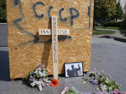 Kříž u piedestalu, kde stávala socha maršála Koněva.
