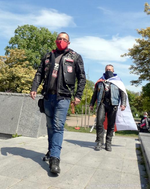 Jaroslav Foldyna přichází k bývalému pomníku.