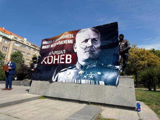 Transparent s maršálem Koněvem zepředu.