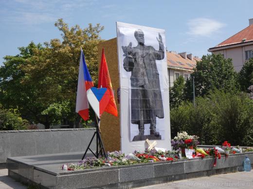 Aktivisté vztyčili u piedestalu nového Koněva.