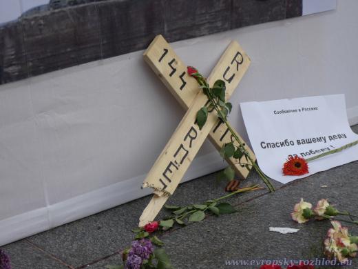 Zlomený kříž věnovaný padlým rudoarmějcům.
