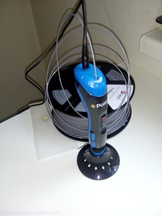 3D pero a tiskařský kotouč s PLA filamentem